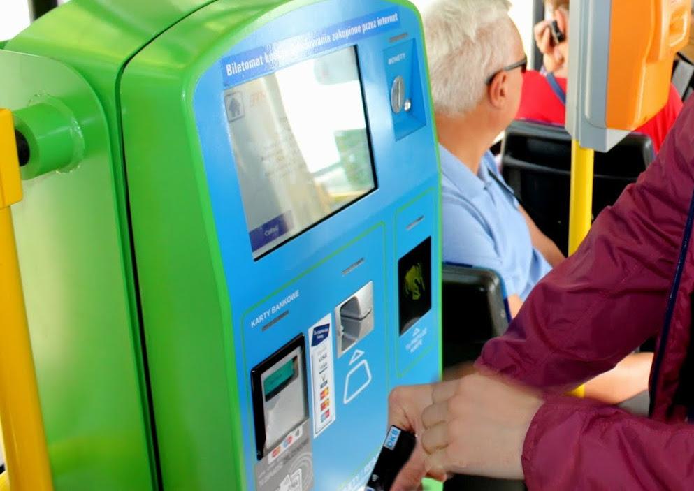 Fahrkartenkauf in der Tram, bargeldlos. Foto: Polen.pl