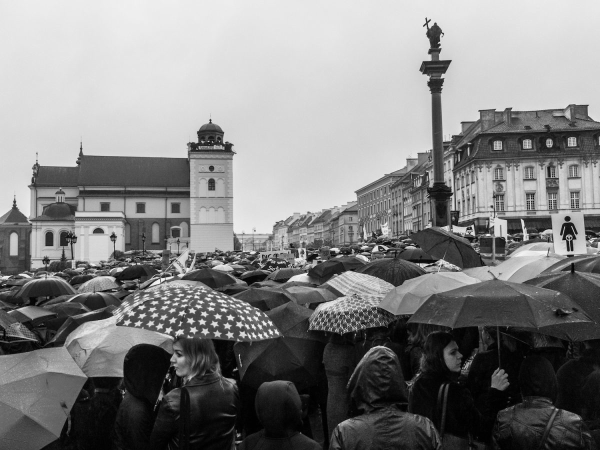 Schwarzer Protest im Warschauer Dauerregen (Foto: flickr / Grzegorz Zukowski / CC-BY-NC)