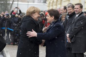 Herzliche Begrüßung: Szydło & Merkel am 7.2.17 in Warschau (Foto: P.Tracz / flickr / KPRM / Public Domain)