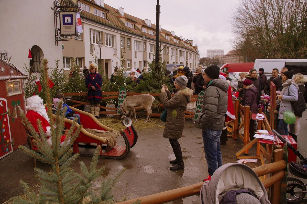 Auch Rentiere und der Weihnachtsmann höchstpersönlich waren anwesend. Foto: asc