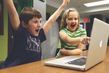 Kinder jubeln vor dem Laptop. Image by StartupStockPhotos from Pixabay
