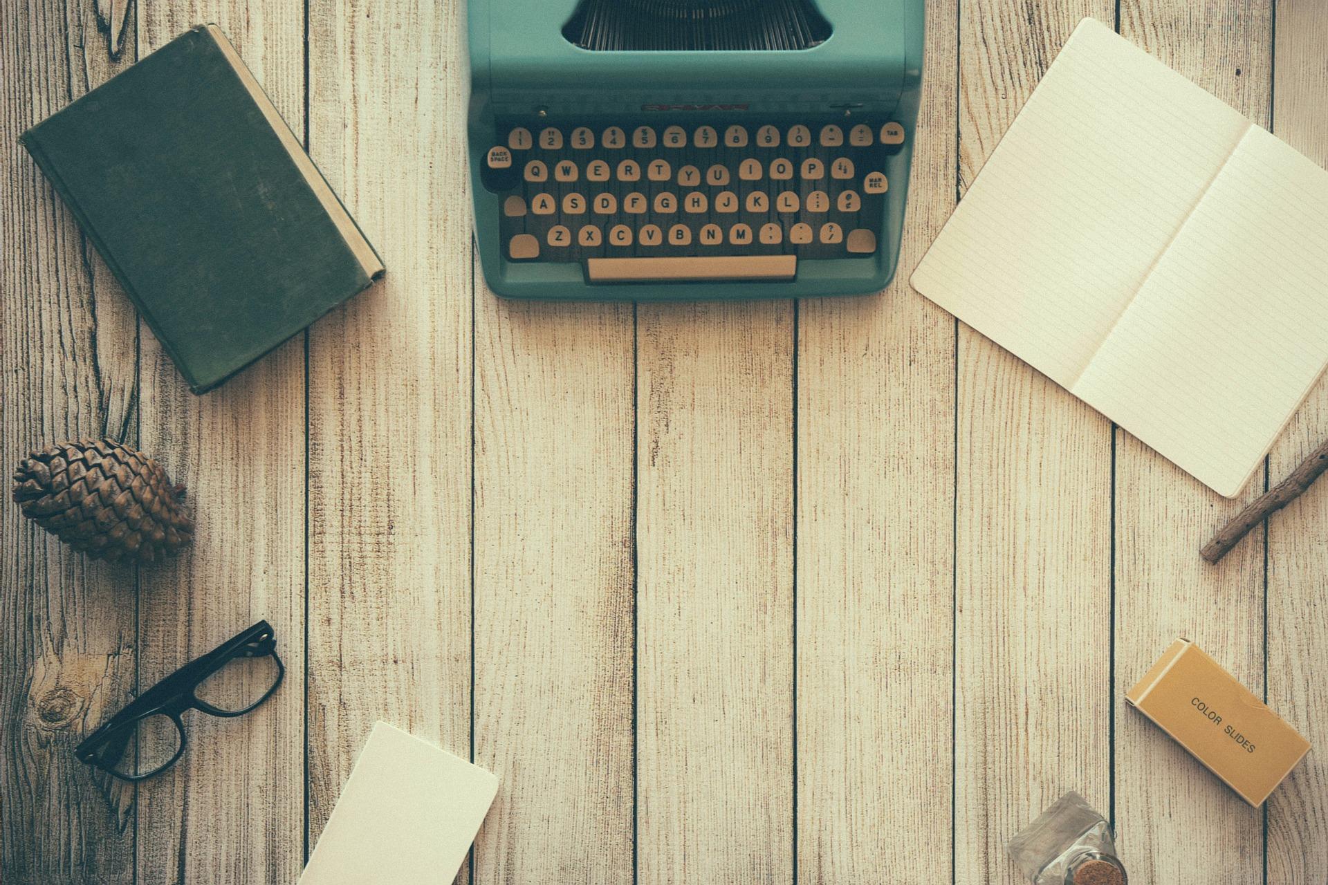 Schreibmaschine, Notizbuch und Co. Quelle: Free-Photos from Pixabay