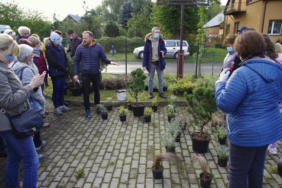Deutsche und Polen bepflanzten gemeinsam Blumenkübel in Wirów bei Gryfino. (Foto: Andreas Schwarze)